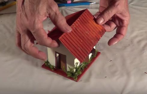 Trang trí thêm cỏ đề hoàn thành cách làm nhà bằng giấy